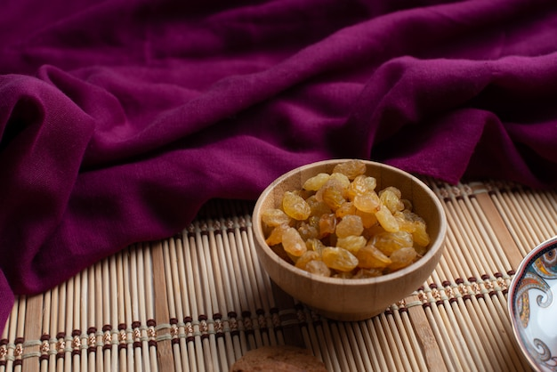 Un bol de raisin avec écharpe violette