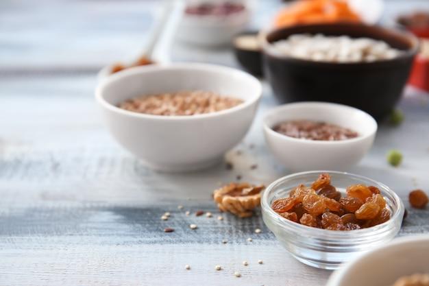 Bol avec raisins secs sur table en bois