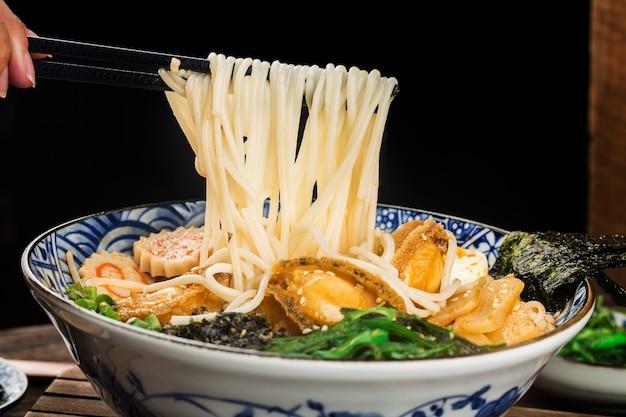 Un bol de ramen d'ormeau japonais