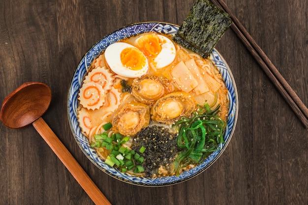Un Bol De Ramen D'ormeau Japonais Photo Premium