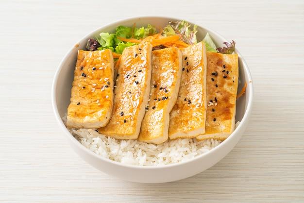 Bol de riz au tofu teriyaki - style végétalien et végétarien