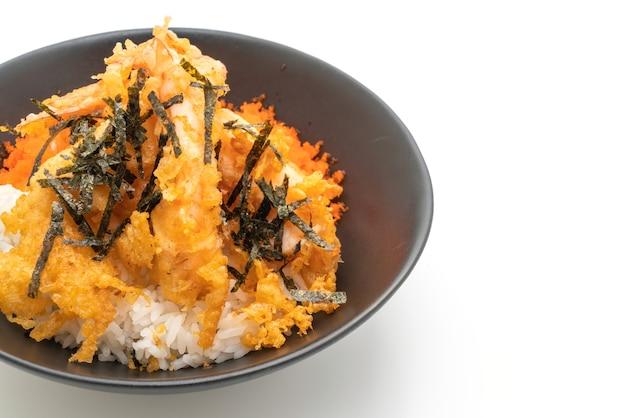 Bol de riz aux crevettes tempura avec oeuf de crevettes et algues