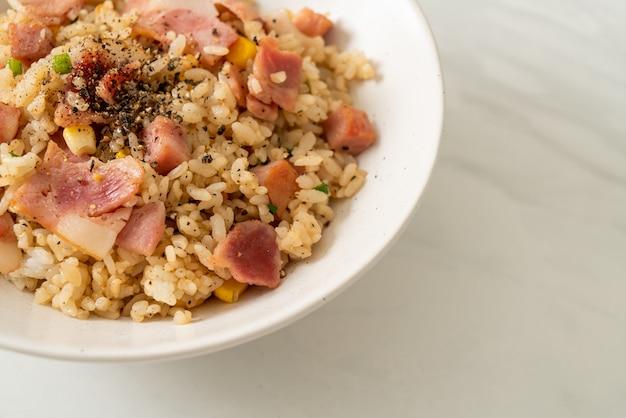 Bol de riz frit avec jambon bacon et poivrons noirs