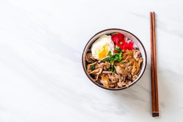 Bol de riz de porc avec oeuf (donburi) - cuisine japonaise