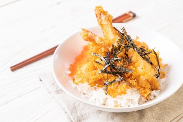 Bol de riz tempura aux crevettes avec œuf de crevette et algues