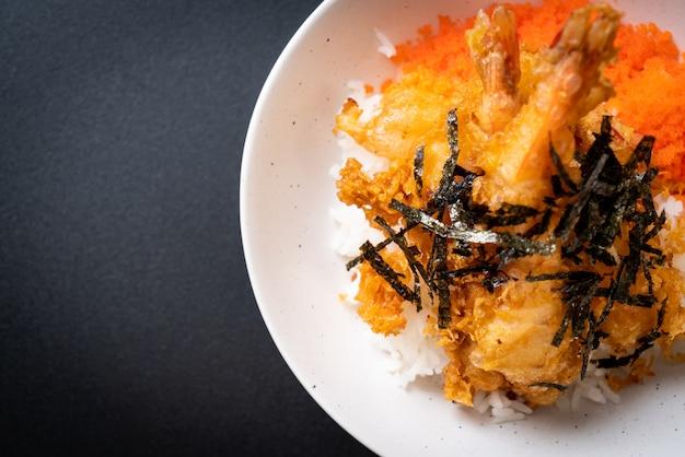 Bol de riz tempura aux crevettes avec oeuf de crevettes et algues