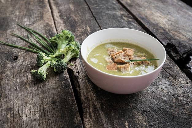Bol rose de soupe de brocoli à la crème