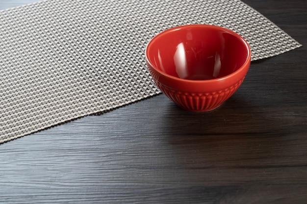 Bol rouge sur fond en bois.