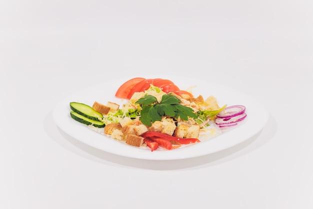 Bol de salade césar traditionnelle avec poulet et bacon isolé