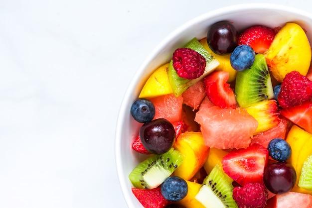 Bol de salade de fruits frais en bonne santé. nourriture saine. vue de dessus