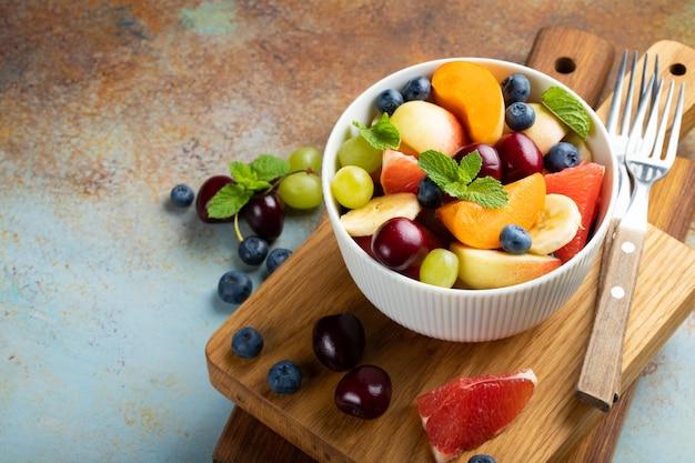 Bol de salade de fruits frais en bonne santé.