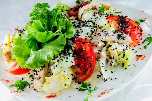 Bol de salade verte avec des tranches de pomme, des tranches de fromage, des croûtons, de la roquette et des pousses de laitue avec une sauce mayonnaise sur une nappe en lin gris