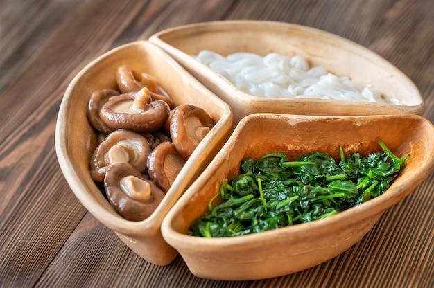 Bol santé avec nouilles de riz, shiitake mariné et épinards cuits à la vapeur