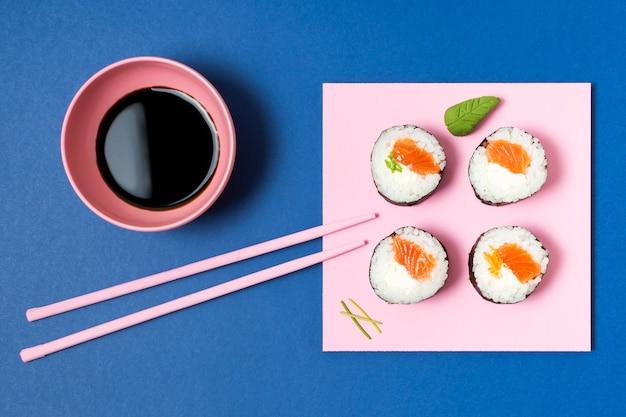 Bol de sauce au soja pour sushi