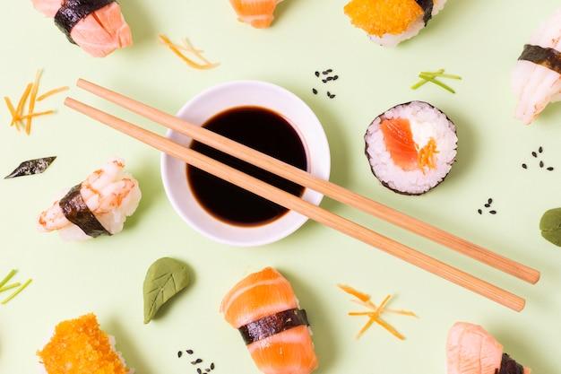 Bol de sauce au soja avec sushi