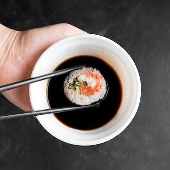 Bol avec sauce pour sushi