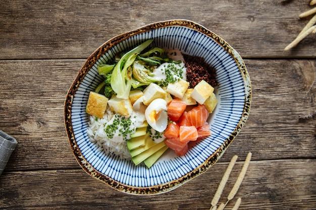 Bol de saumon hawaïen poke avec légumes et riz
