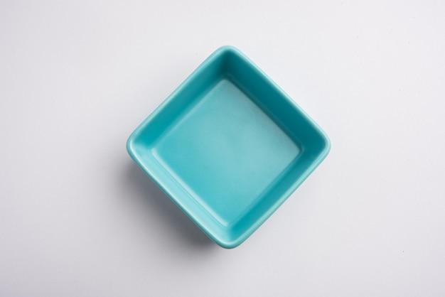 Bol de service en céramique bleu vide, isolé sur une surface blanche ou grise