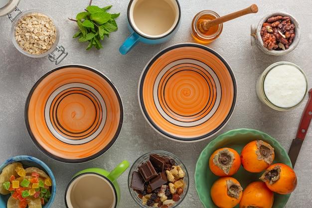 Bol à smoothie, bols de yaourt, muesli granola, graines de chia, muesli à la mandarine, petit-déjeuner sain, graines de grenade, baies de goji, flocons d'avoine au quinoa