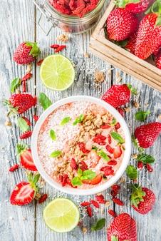 Bol de smoothie pour le petit déjeuner aux fruits et baies