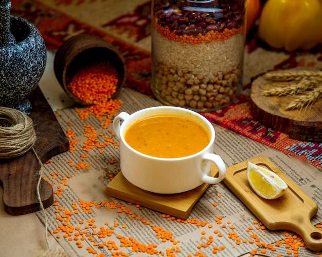 Un bol de soupe aux lentilles garni de citron