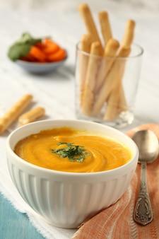 Bol de soupe de carottes maison au lait de coco et à la coriandre
