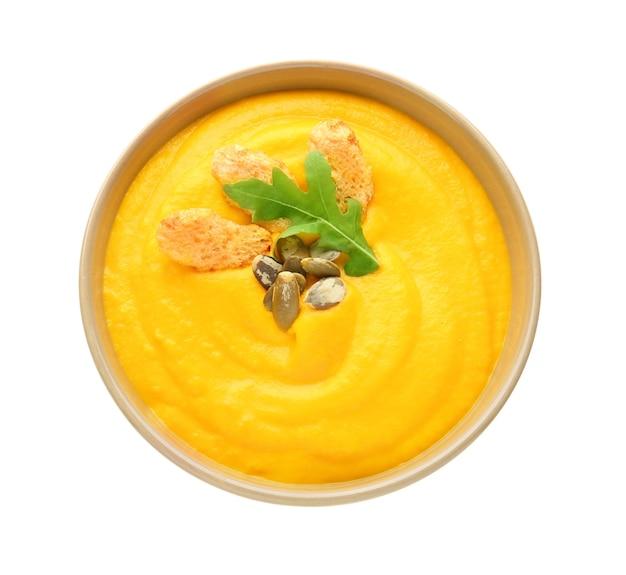 Bol de soupe à la crème savoureuse sur blanc