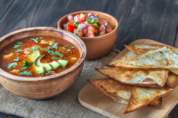 Bol de soupe mexicaine épicée