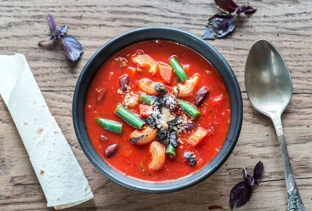 Bol de soupe minestrone: vue de dessus