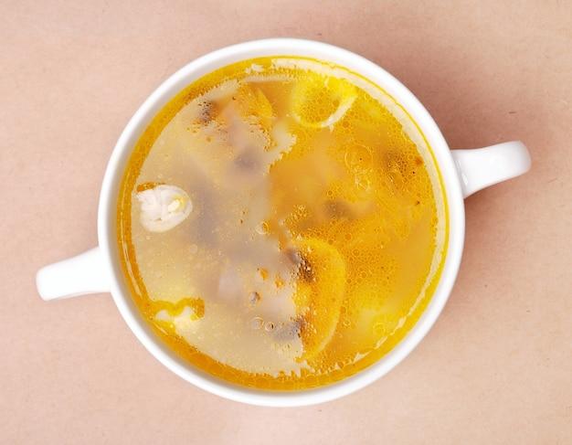 Bol de soupe de poulet aux champignons