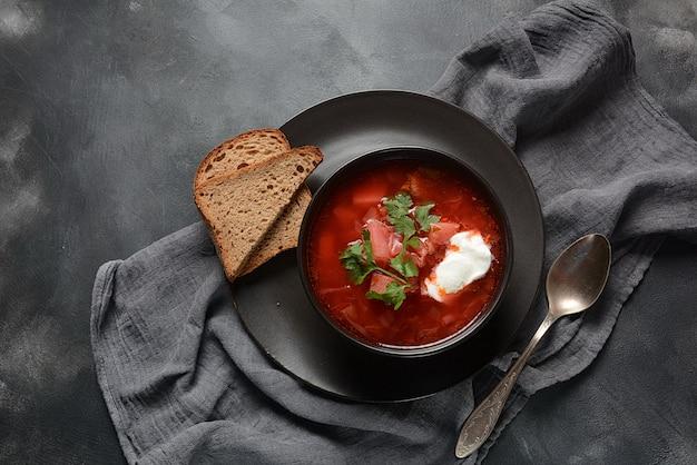 Bol de soupe de racine de betterave rouge -bortsch russe ukrainien traditionnel