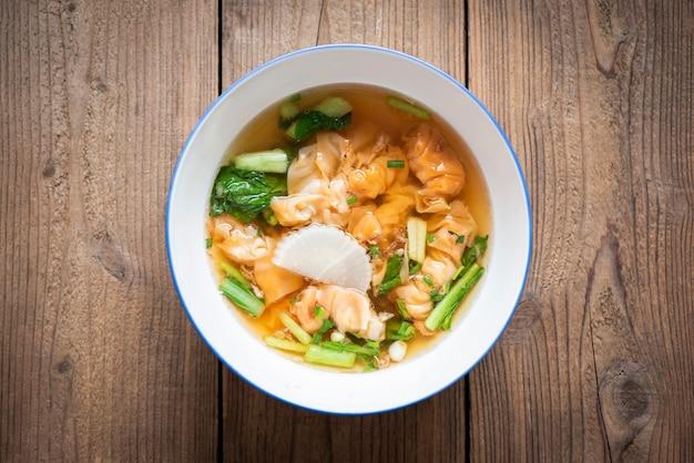 Bol de soupe, soupe de boulettes de crevettes et de porc avec des plats asiatiques aux légumes, soupe wonton, cuisine chinoise