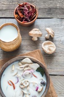 Bol de soupe thai tom kha kai