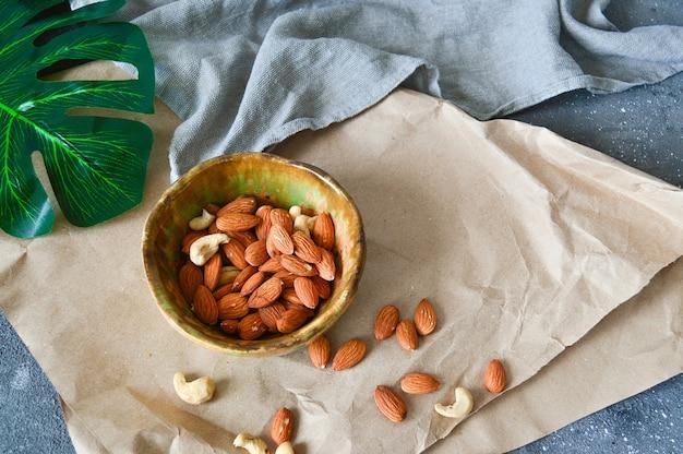 Bol en terre cuite pour noix, fruits secs.