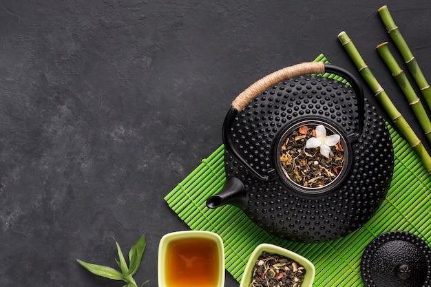 Bol de thé de diverses herbes avec des fleurs séchées