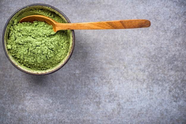 Bol traditionnel avec poudre de thé vert matcha