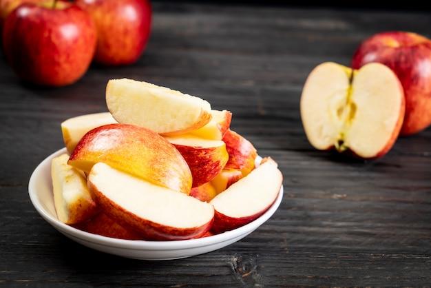 Bol en tranches de pommes rouges fraîches
