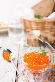 Bol en verre au caviar rouge