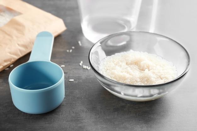Bol en verre avec du riz sur la table de la cuisine