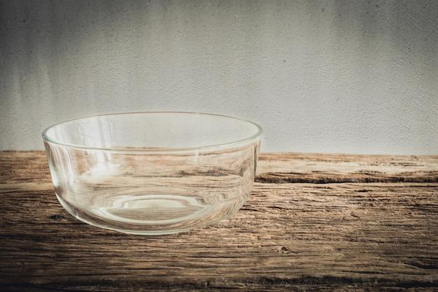 Bol en verre emty sur une table en bois