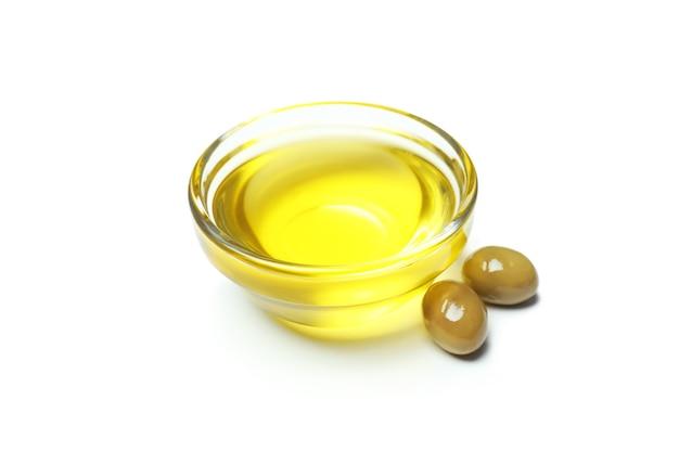 Bol en verre d'huile d'olive isolé sur blanc