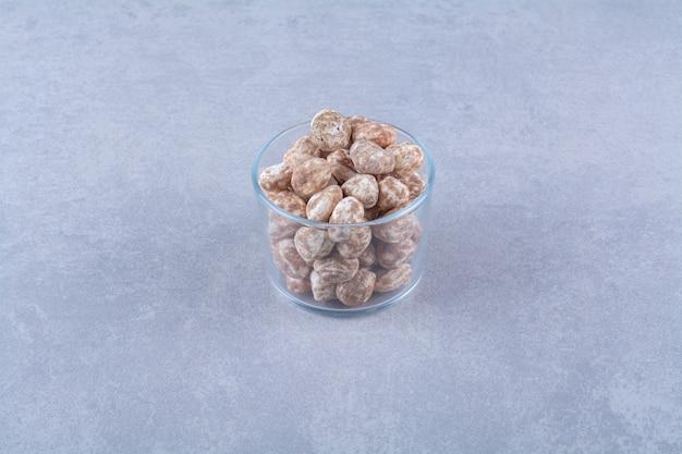 Un bol en verre plein de céréales saines sur fond gris. photo de haute qualité