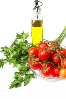 Bol en verre avec tomates fraîches et persil