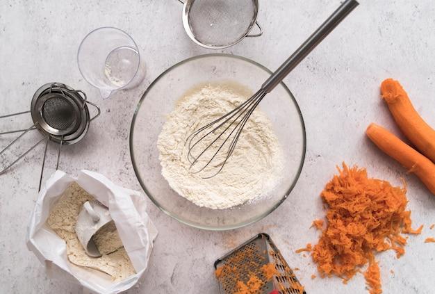 Bol vue de dessus avec fouet entouré de carottes