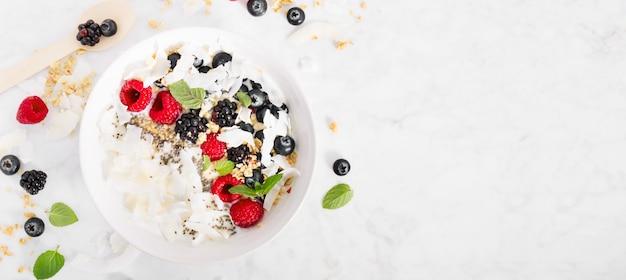 Bol de yaourt aux fruits frais