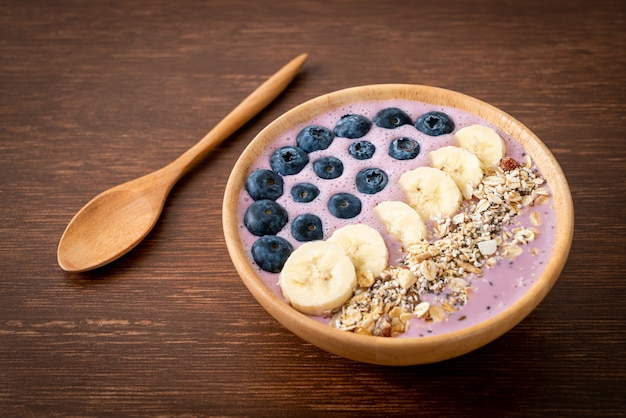 Bol avec yaourt, myrtilles, banane et granola
