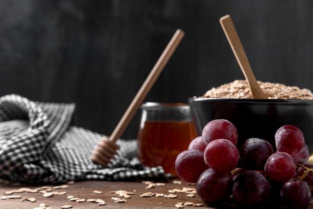 Bol avec yougurt et fruits et miel