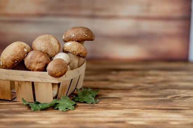 Bolet de champignons sur fond de bois. champignons d'automne. cèpes boletus edulis sur fond de bois, gros plan sur table rustique en bois. cuisiner de délicieux champignons biologiques. nourriture gastronomique.