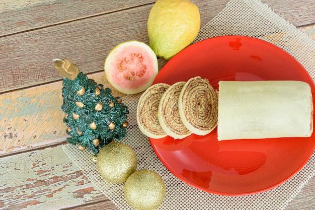 Bolo de rolo (gâteau roulé) à côté de la décoration de noël (vue de dessus).