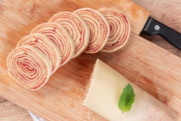 Bolo de rolo (swiss roll, roll cake) dessert typiquement brésilien, de l'état de pernambuco. rouleau de gâteau en tranches rempli de pâte de goyave.